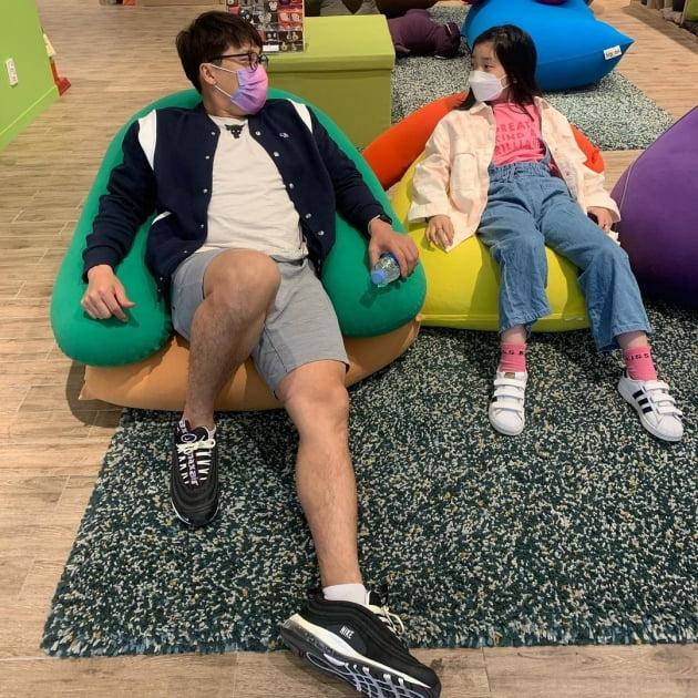 """'혼인신고' 김동성♥인민정, 가족되고 딸과 첫 나들이 """"조금 달라도 가족"""" [TEN★]"""