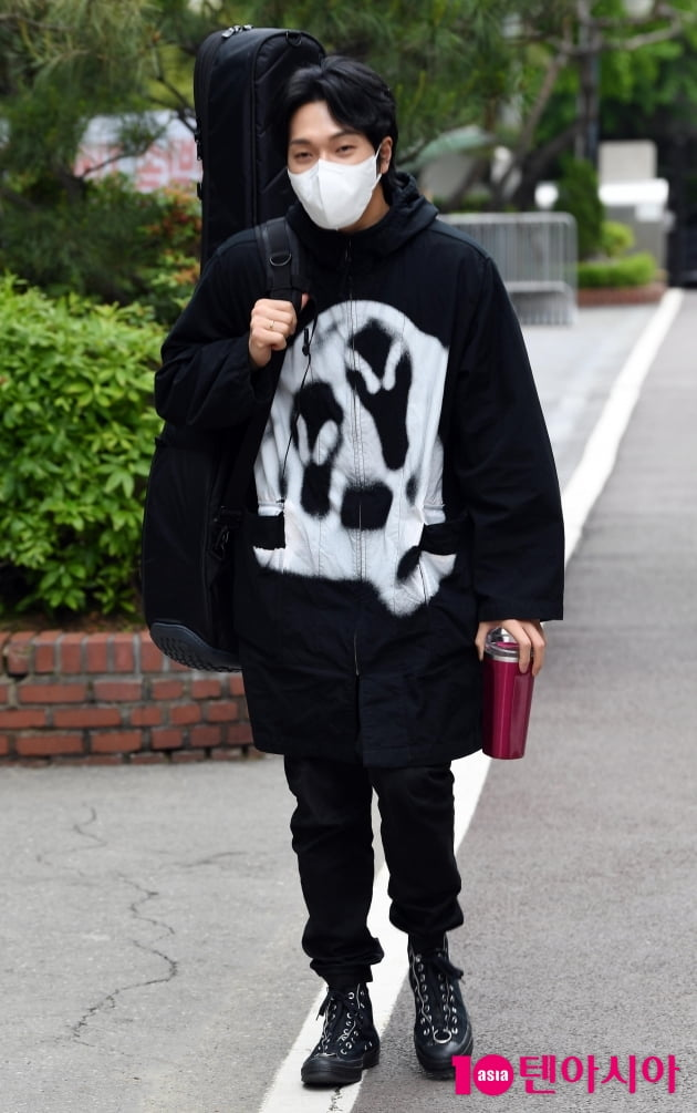 [TEN 포토] 김필 '기타하나 메고 출근길'