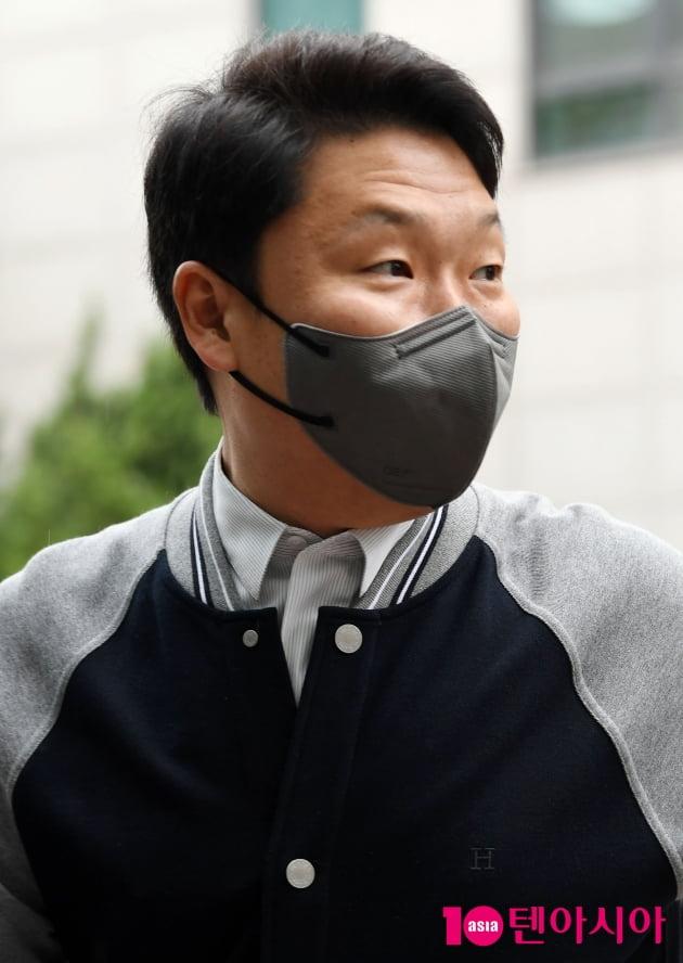 [TEN 포토] 싸이 '팬들에게 따뜻한 눈길'