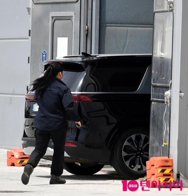 [TEN 포토] 임영웅 '논란의식 차량 스튜디오 안으로...'