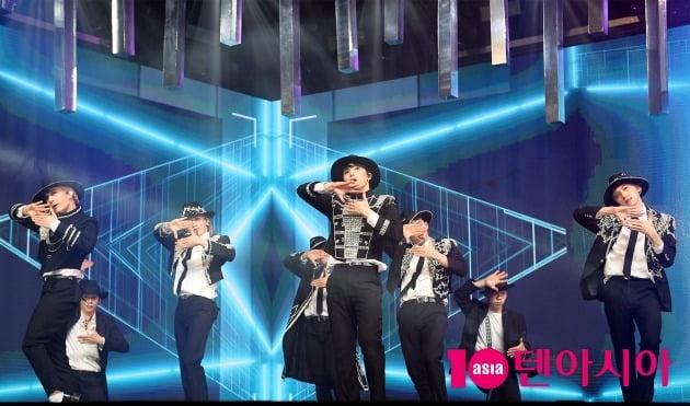 원어스의 새 타이틀곡 'BLACK MIRROR(블랙 미러)'의 포인트 안무.