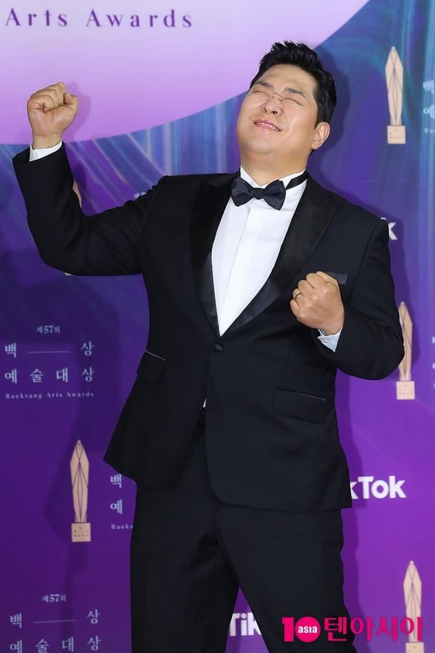 [TEN 포토] 문세윤 '이런게 멋스러운 포즈' (백상예술대상)