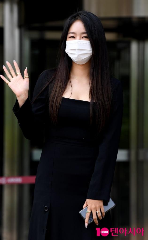 [TEN 포토] 소유 '손 흔드는 인형'