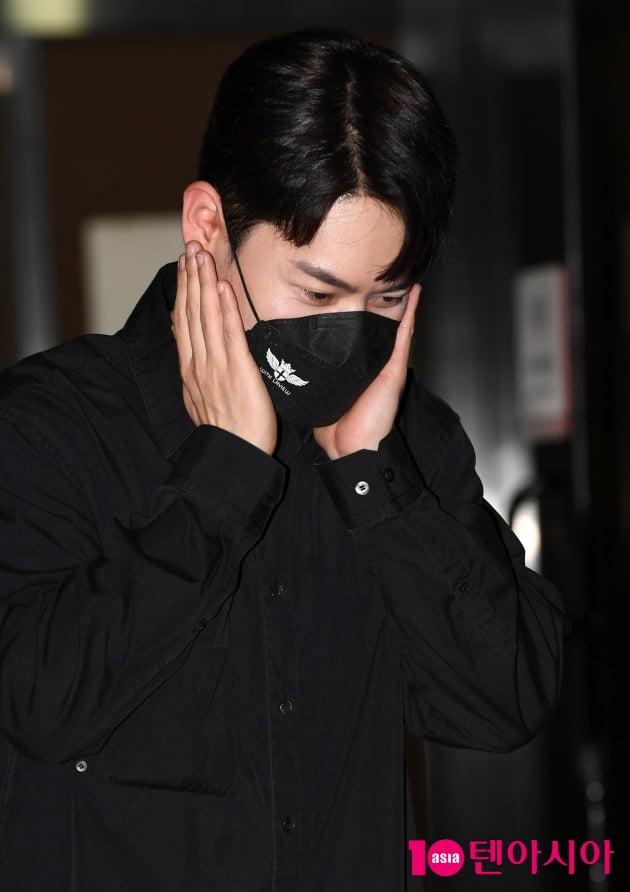 [TEN 포토] 라포엠 유채훈 '꽃받침 어려워~'
