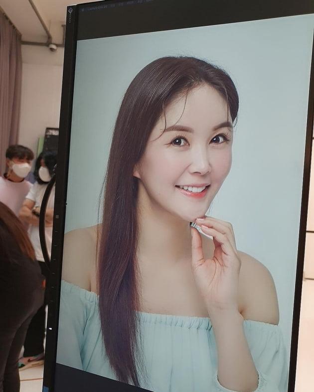 """'한창♥' 장영란, 첫 화장품 광고에 확 드러낸 어깨라인 """"저 아닌 거 같죠?"""" [TEN★]"""