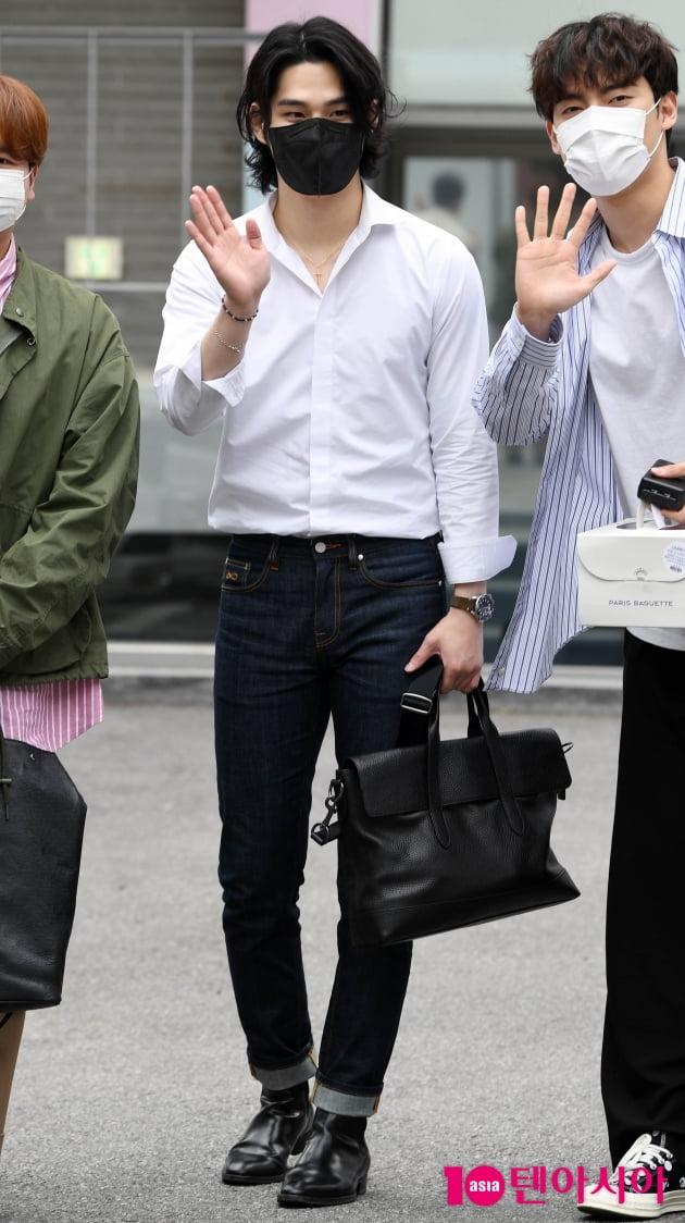 [TEN 포토] 라비던스 김바울 '청바지+셔츠면 충분해'
