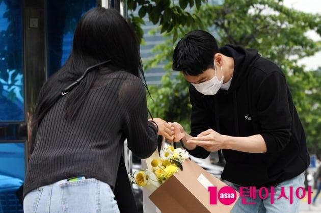 [TEN 포토] 이제훈 '광주에서 온 팬에게 선물 받는중'