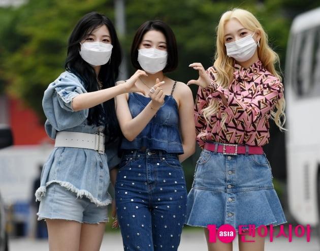 [TEN 포토] 로켓펀치 연희-윤경-소희 '레트로 하트는 요렇게~'