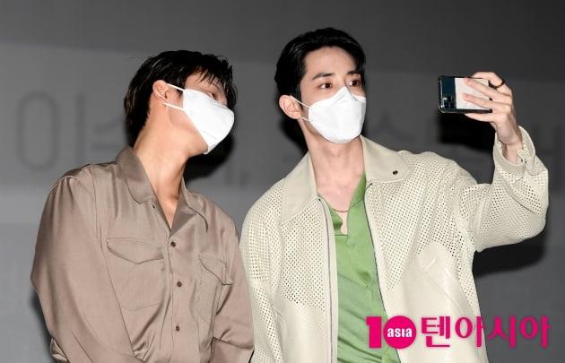 [TEN 포토] 서인국-이수혁 '상남자들의 샤프한 셀카타임'