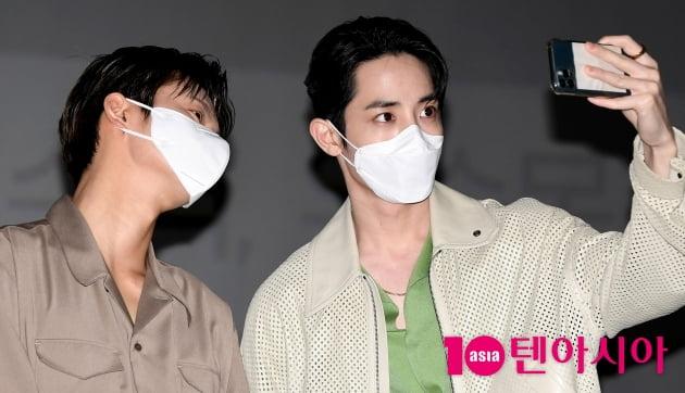 [TEN 포토] 서인국-이수혁 '극장에서 화보 촬영중...'