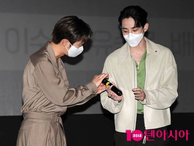 [TEN 포토] 서인국-이수혁 '마이크도 나누는 브로케미'