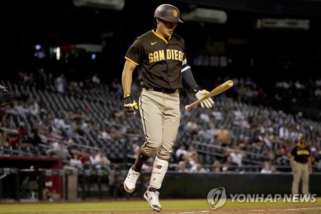 김하성, 투수로 등판한 외야수 러프 상대로 희생플라이 1타점