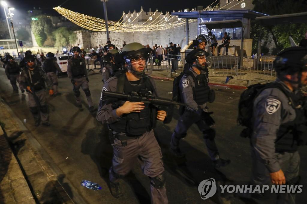 """예루살렘서 팔레스타인-이스라엘 경찰 또 충돌…""""53명 부상"""""""