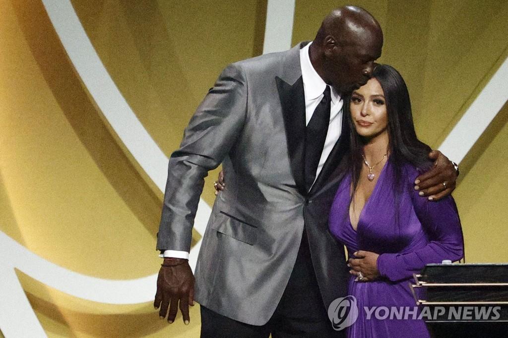 """브라이언트, 농구 명예의 전당 헌액…""""하늘에서 웃고 있겠죠"""""""