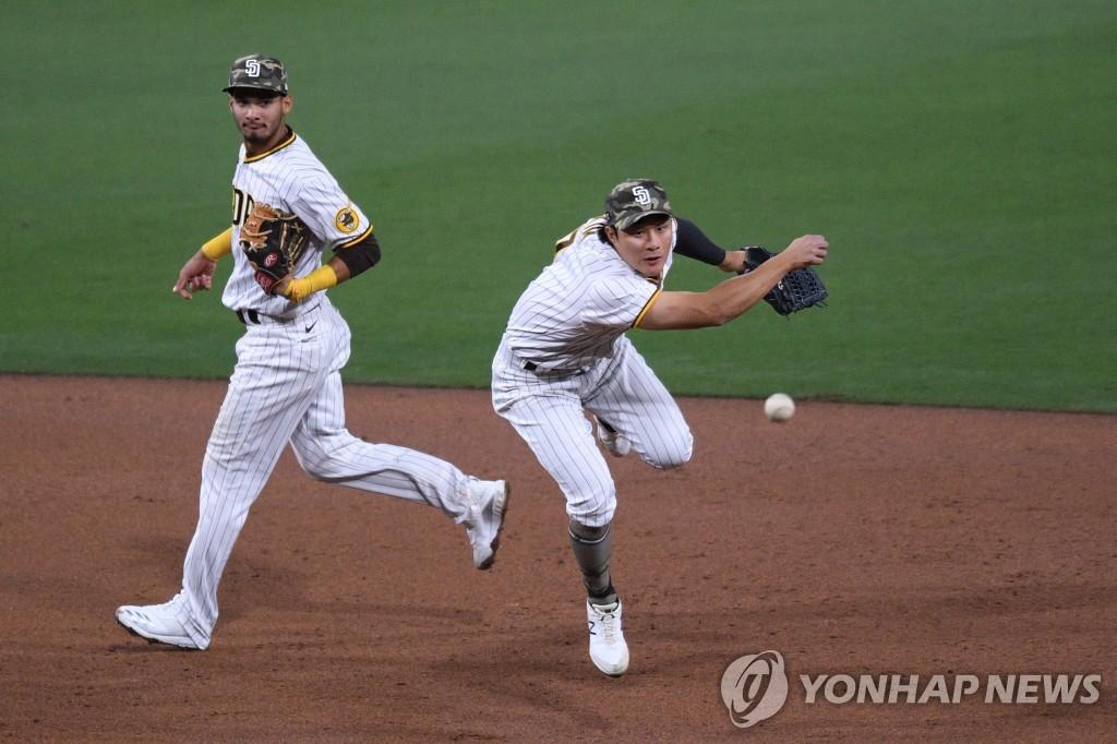 김하성, 두 차례 '명품 병살 수비'에 희생플라이 쐐기타