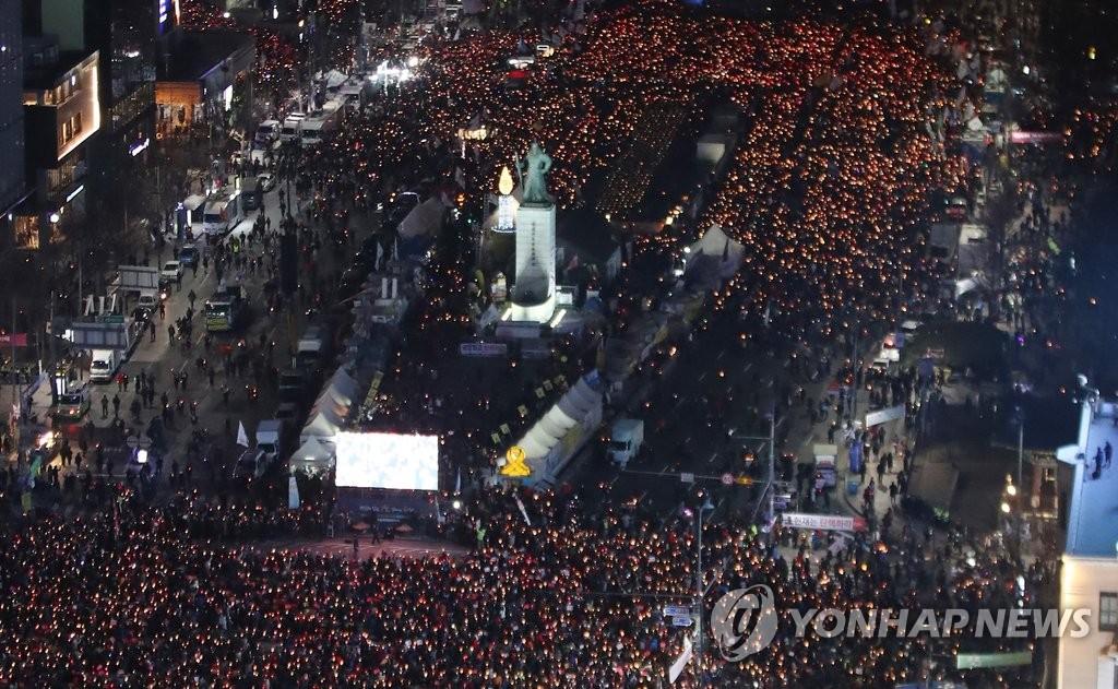 """'촛불항쟁' 단체들 다시 뭉친다…""""文정부, 무늬만 개혁"""""""