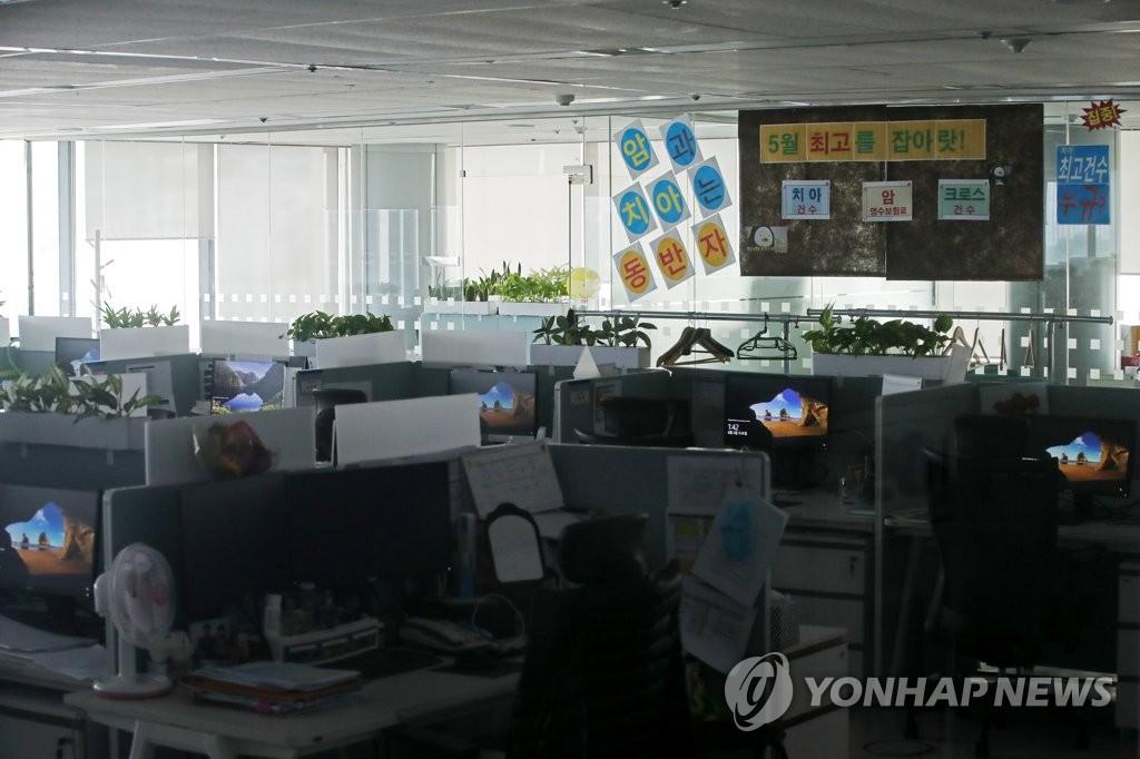 """""""콜센터에선 방역지침 무용지물…근로환경만 악화"""""""