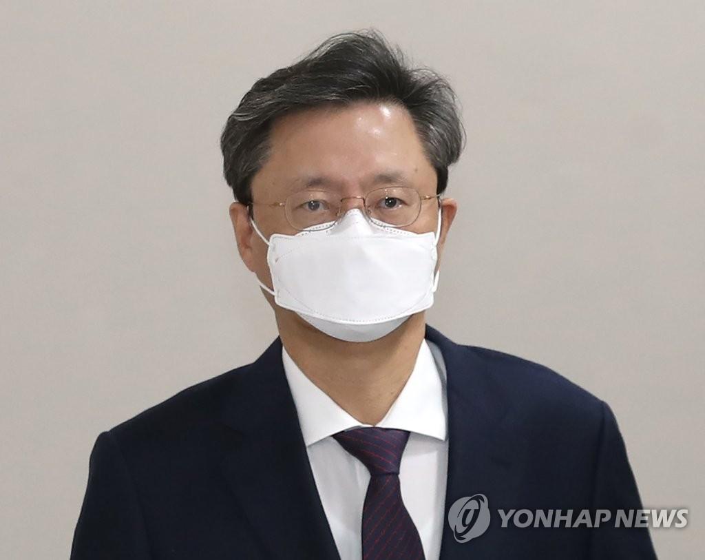 '국정농단 연루' 재판받는 우병우, 변호사 재개업