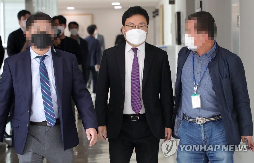 '구속' 이상직 의원 정장 입고 법정 나와…선거법 공판 '긴장'