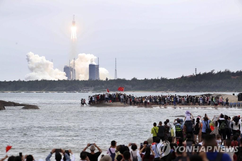 """""""중국 우주정거장 띄운 로켓 일부 지상추락 위험"""""""
