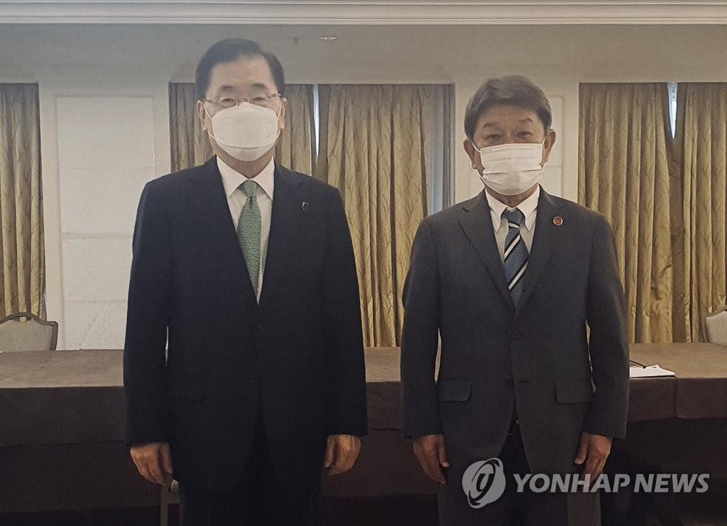 뻣뻣이 악수도 안한 한일 외교, 20분 만났지만 입장차 '팽팽'(종합)