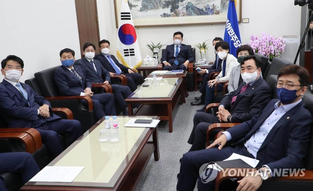 문대통령-與지도부, 청와대 회동…부동산 등 현안 논의