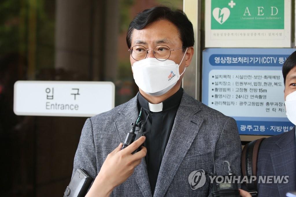 """""""전두환, 사법부 우롱말라"""" 재판 불출석에 5·18 관계자 격분"""