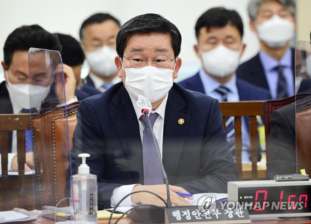 """당국 """"백신 세부물량 공개한 전해철 인터뷰에 제약사 문제제기"""""""