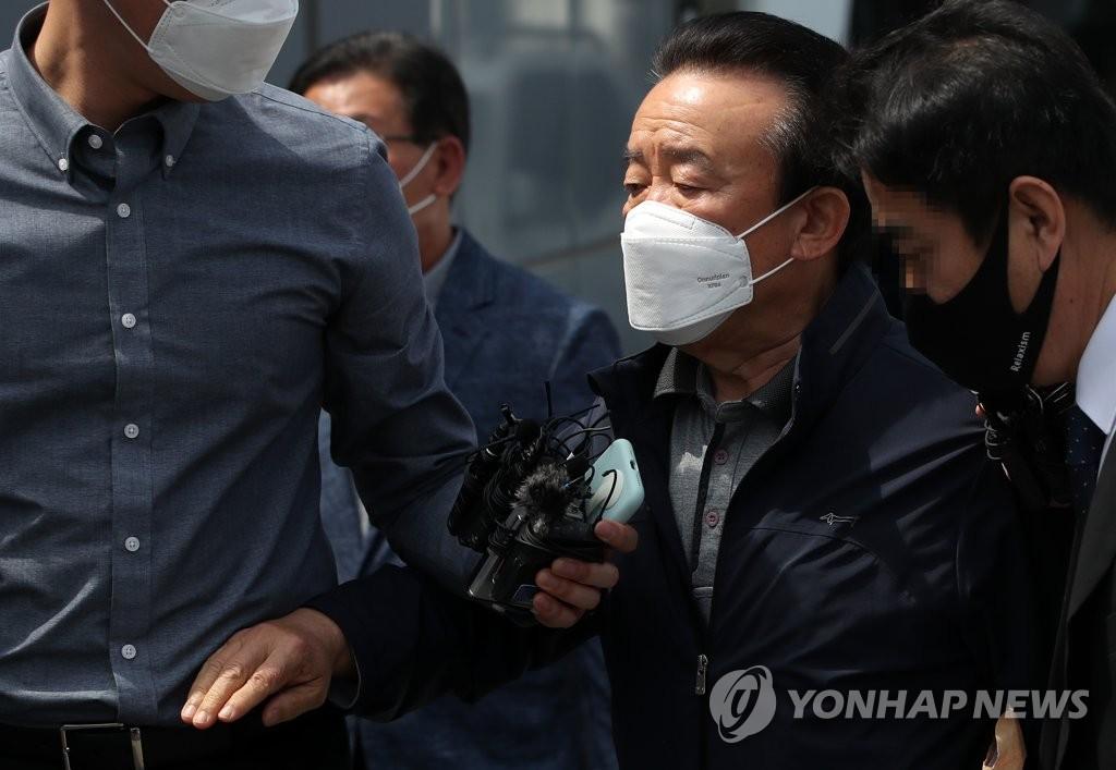 """'부동산 투기' 전 양구군수 구속…법원 """"범죄 의심 이유 충분""""(종합)"""