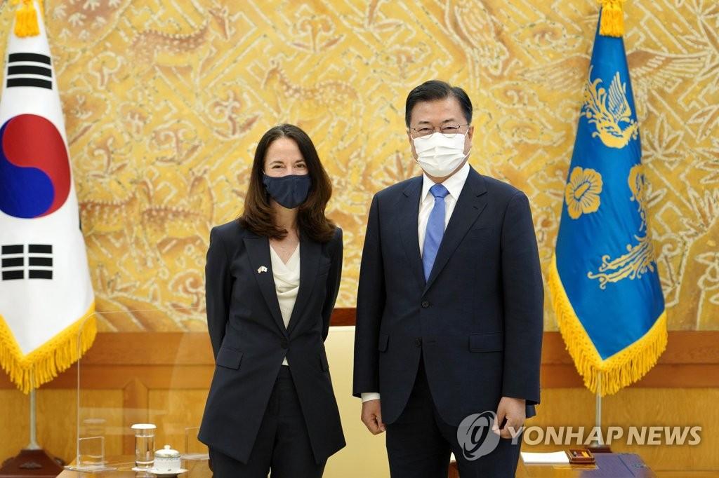 문대통령, 한미정상회담 앞두고 美정보국장 접견