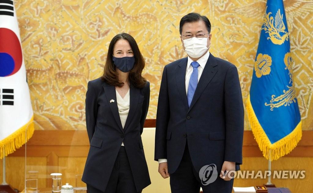 美정보국장, 문대통령 예방 등 2박3일 방한 마무리(종합)