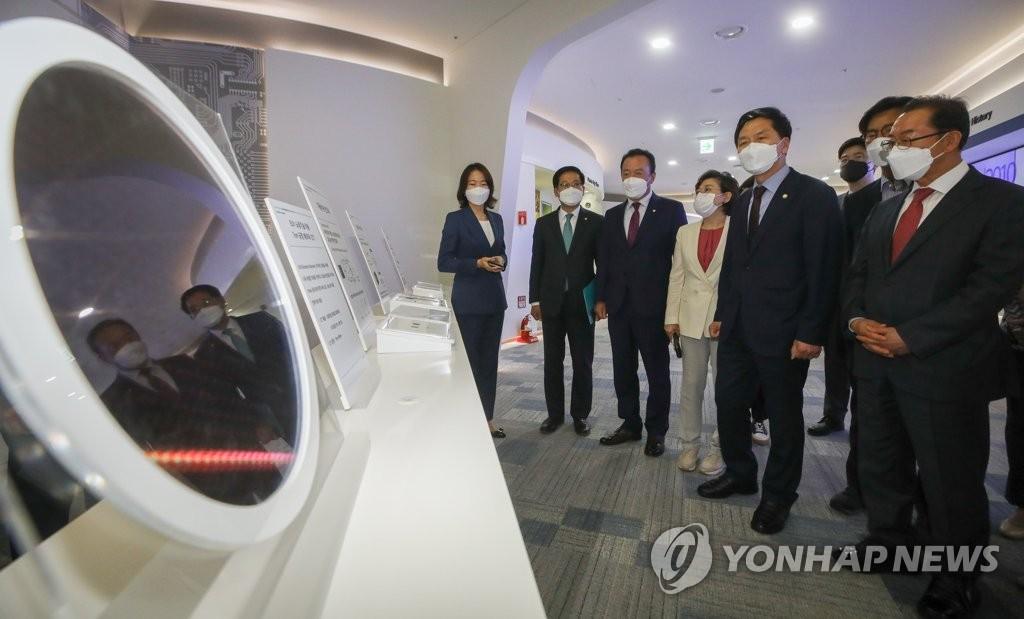 """삼성 반도체공장 찾은 野 """"이재용 사면, 전향적 판단 필요"""""""