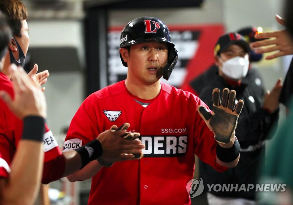 SSG 최정, KBO리그 첫 '16년 연속 두 자릿수 홈런'