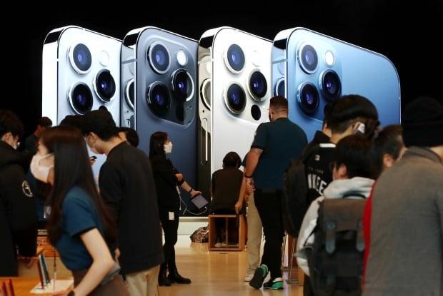 애플 신제품 아이폰12가 정식 출시된 30일 오전 서울 강남구 신사동 애플 가로수길 매장을 찾은 시민들이 아이폰12를 살펴보고 있다. 사진=연합뉴스