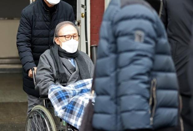 지난 2월 안양교도소로 이감되는 이명박 전 대통령의 모습. /사진=연합뉴스