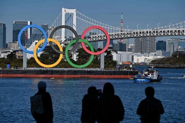 도쿄 해변에 설치된 오륜 조형물의 모습./ 사진=연합뉴스
