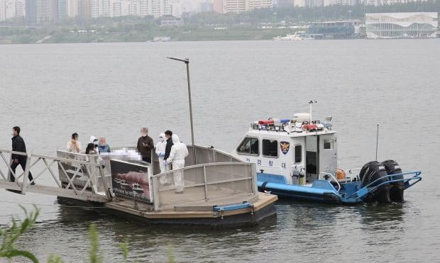 4월 30일 오후 서울 반포한강공원 인근 한강에서 구조대원들이 실종 엿새 만에 숨진 채 발견된 대학생의 시신을 수습하고 있다.사진=연합뉴스