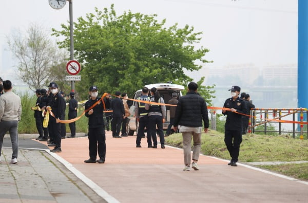 지난달 30일 오후 서울 반포한강공원 인근 한강에서 경찰 관계자들이 실종 엿새 만에 숨진 채 발견된 대학생의 시신을 수습하기 전 폴리스라인을 설치하고 있다. 사진=연합뉴스