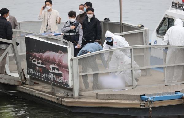 30일 오후 서울 반포한강공원 인근 한강에서 구조대원들이 실종 엿새 만에 숨진 채 발견된 대학생의 시신을 수습하고 있다. 사진=연합뉴스