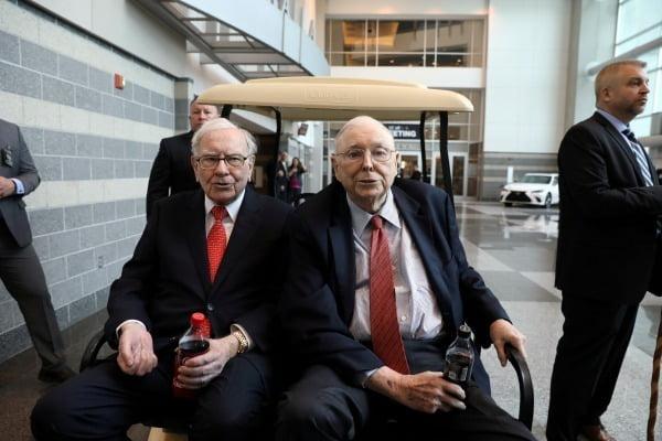 워런 버핏 버크셔 해서웨이 회장(왼쪽)과 찰리 멍거 부회장이 2019년 5월 자신들의 회사가 집중 투자한 코카콜라 병을 든 채 네브라스카 오마바의 연례 주총에 참석하고 있다. 사진=REUTERS