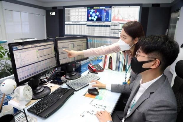 공매도 부분 재개가 이뤄지고 서울 여의도 한국거래소 공매도 모니터링센터에서 직원들이 공매도 상황을 점검하고 있다. / 사진=연합뉴스
