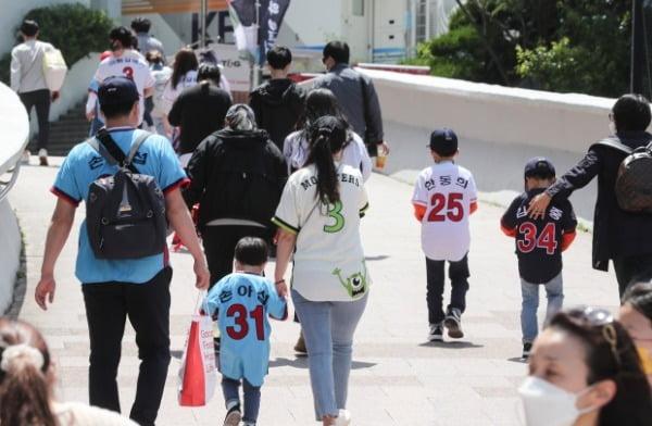 어린이날인 지난 5일 어린이를 동반한 가족 관중들이 KIA 타이거즈와 롯데 자이언츠 경기를 보기 위해 부산 사직야구장 관람석으로 향하고 있다. /사진=연합뉴스