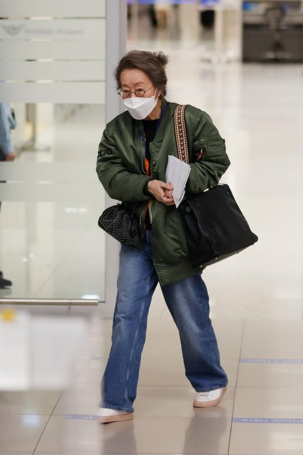 한국 배우 최초로 아카데미 배우상을 거머쥔 배우 윤여정이 8일 오전 인천국제공항 제2터미널을 통해 귀국하고 있다./사진=연합뉴스