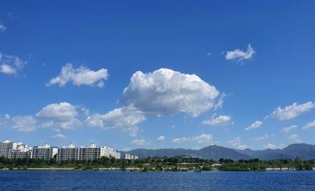 최악의 황사가 물러간 9일 강원 춘천시 소양강 위로 파란 하늘이 펼쳐져 있다. /사진=연합뉴스