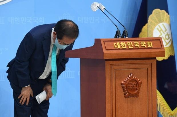 무소속 홍준표 의원이 10일 서울 여의도 국회 소통관에서 국민의힘에 복당을 신청하겠다고 밝히며 인사하고 있다. 사진=연합뉴스