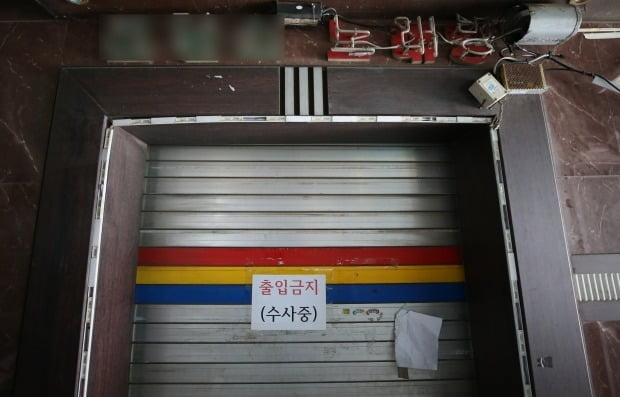 12일 오전 인천시 중구 신포동 한 노래주점에 출입 금지를 알리는 안내문이 부착돼 있다. /사진=연합뉴스