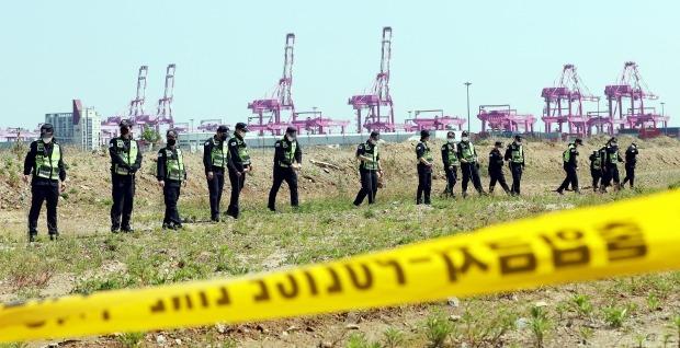 12일 오후 인천시 연수구 송도신항 한 공터에서 경찰들이 실종된 남성의 시신을 찾기 위해 수색하고 있다. /사진=연합뉴스