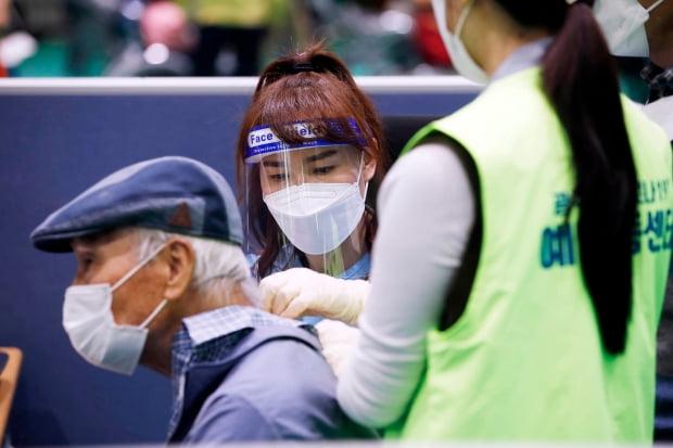 코로나19 백신을 접종 받고 있다. 사진은 기사 내용과 무관. /사진=연합뉴스