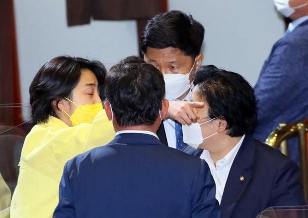 말다툼하는 정의당 류호정과 민주당 문정복  (사진=연합뉴스)