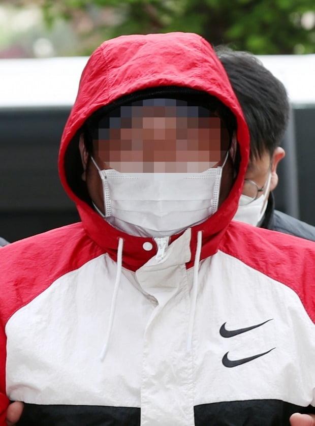 손님 살해 후 훼손한 시신 유기한 노래주점 업주가 영장심사를 받기 위해 법원에 출석했다. /사진=연합뉴스